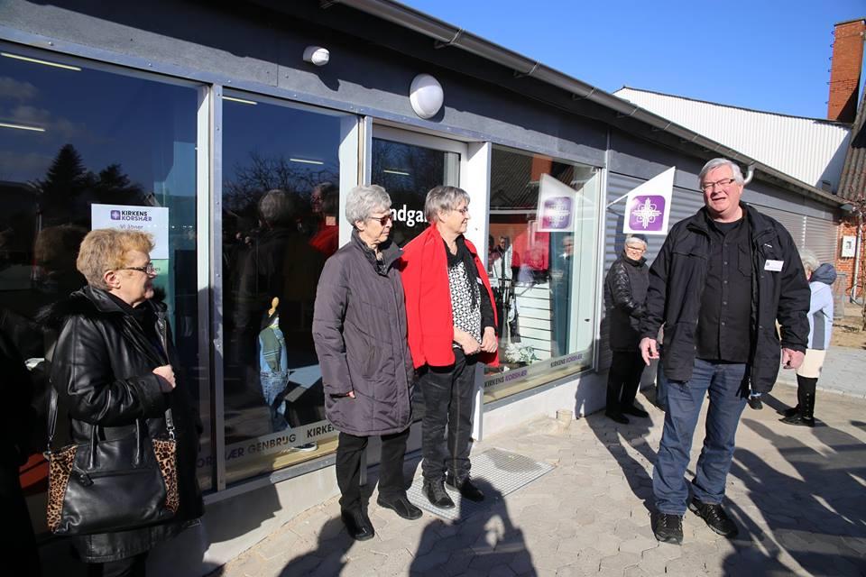 Åbning af den nye Genbrugsbutik i Mørke. Peter Høyer er klar til at tale og klippe det røde bånd. (Billede: Viggo Jensen)